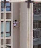 Hombre semidesnudo cae de un rascacielos escapando del marido de su amante