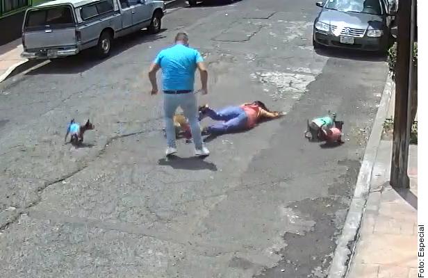 VIDEO: Indignante, hombre empuja por la espalda a mujer que paseaba a su perro