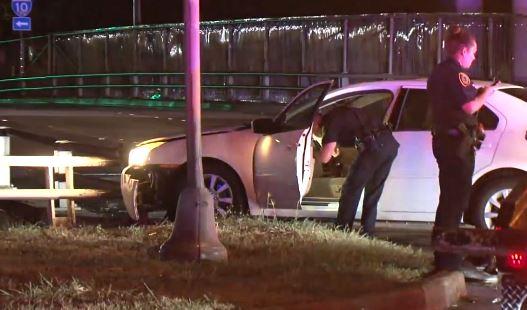 Hombre con pierna enyesada trata de escaparse de la policía, salta de un puente, se rompe la otra pierna y termina en la cárcel