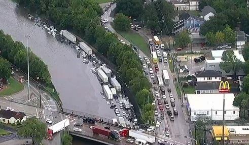 Miles de motoristas se encuentran atrapados en las carreteras de Houston