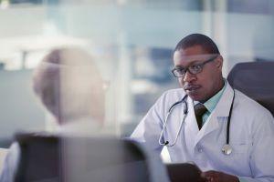 ¿Deberías comenzar a hacerte la prueba de detección de cáncer colorrectal antes de los 50 años?