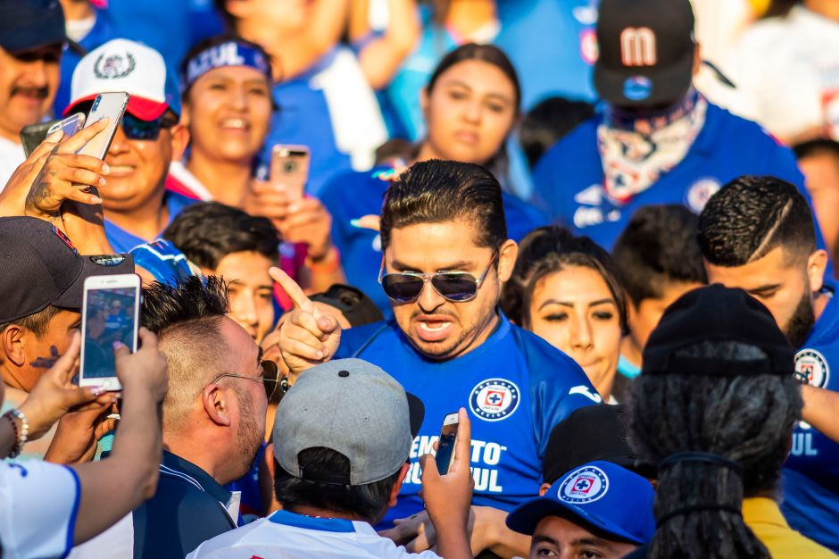 Con los colores no se juega: Aficionados de Cruz Azul se manifestaron fuera de La Noria y encararon a Siboldi