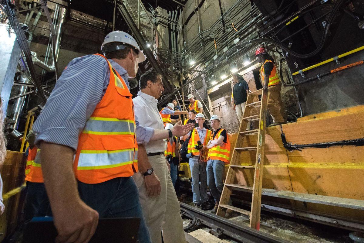 El gobernador Andrew Cuomo revisó el tramo finalizado del túnel Canarsie, vía a Manhattan.