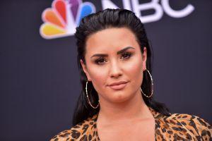 Demi Lovato interpretó el himno de los Estados Unidos en el Super Bowl 2020 vestida casi igual que en el Grammy