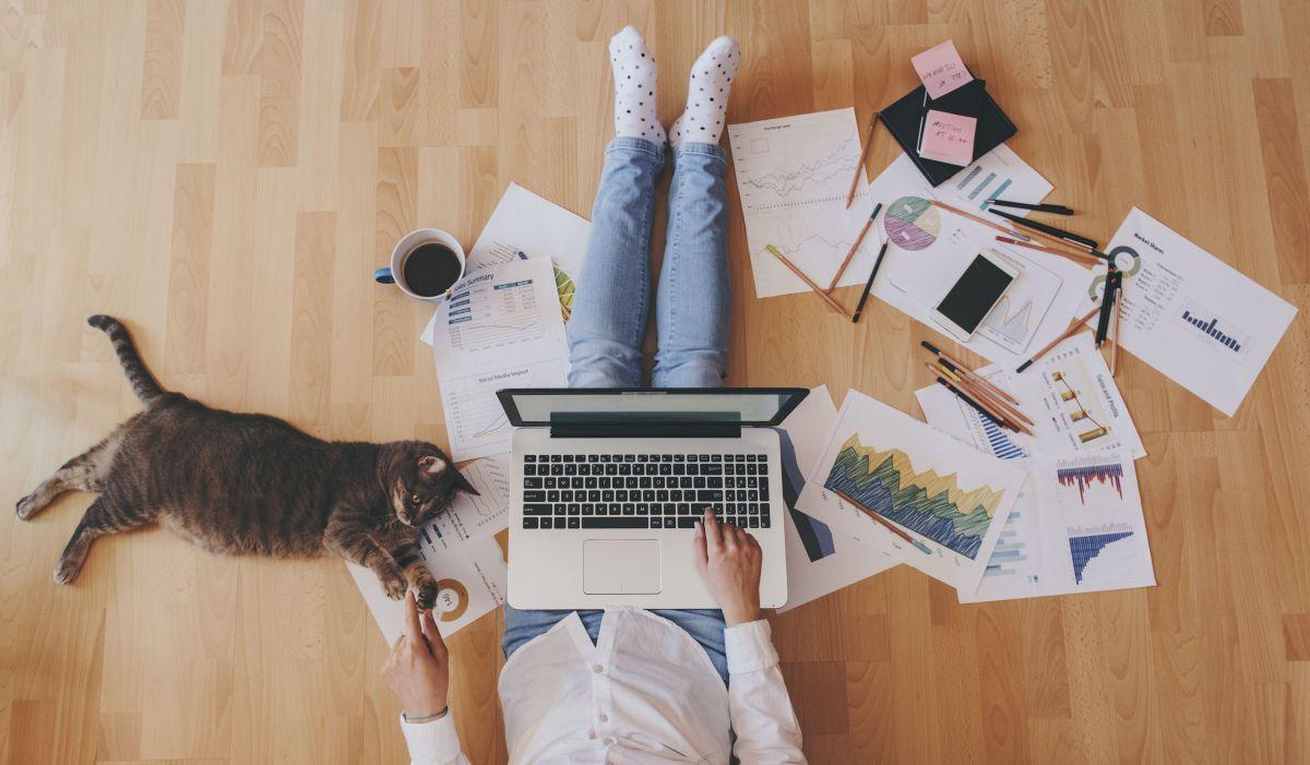 Los latinos son los que menos trabajan desde sus casas./Shutterstock