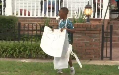 Niño ahorró para viajar con su familia a Disney World pero donó su dinero a damnficados por el huracán Dorian