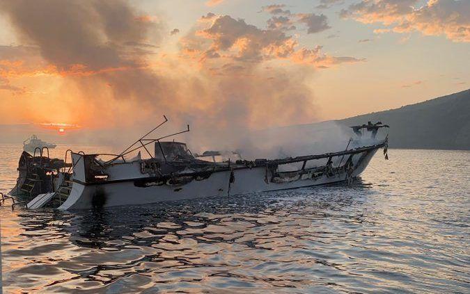 Suspenden labores de rescate del bote incendiado. Los 34 pasajeros presuntamente fallecieron