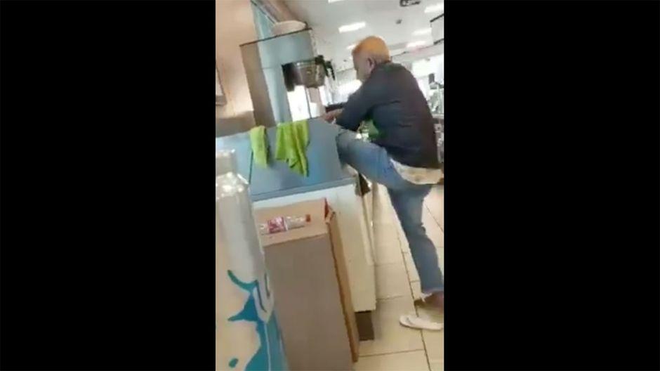 VIDEO: Empleado de 7-Eleven se lava los pies en un lavamanos de la tienda