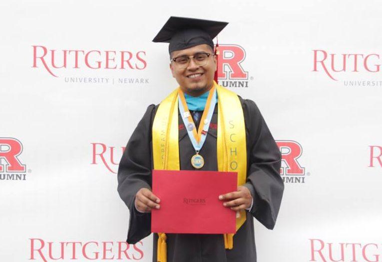 """""""Sigue siendo un sacrificio ser un inmigrante en este país"""", dice dreamer Erik Cruz"""