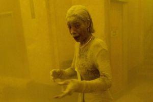"""""""Dust lady"""", la icónica foto de Marcy Borders cubierta de polvo tras ataque a las Torres Gemelas"""