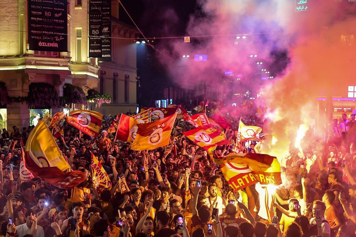 La leyenda continúa: 25 mil reciben a Falcao en Turquía para su fichaje con el Galatasaray