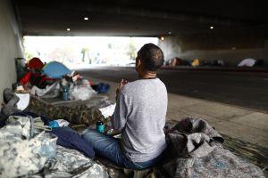 Un juez federal ordena reubicar a las personas sin hogar que viven cerca de las autopistas