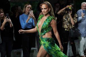 Jennifer López cerró el famoso desfile de Versace y se robó todo el show