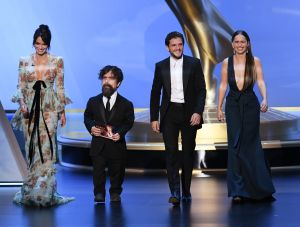"""Emilia Clarke y más estrellas de """"Game of Thrones"""" deslumbran en la alfombra morada de los Emmy"""
