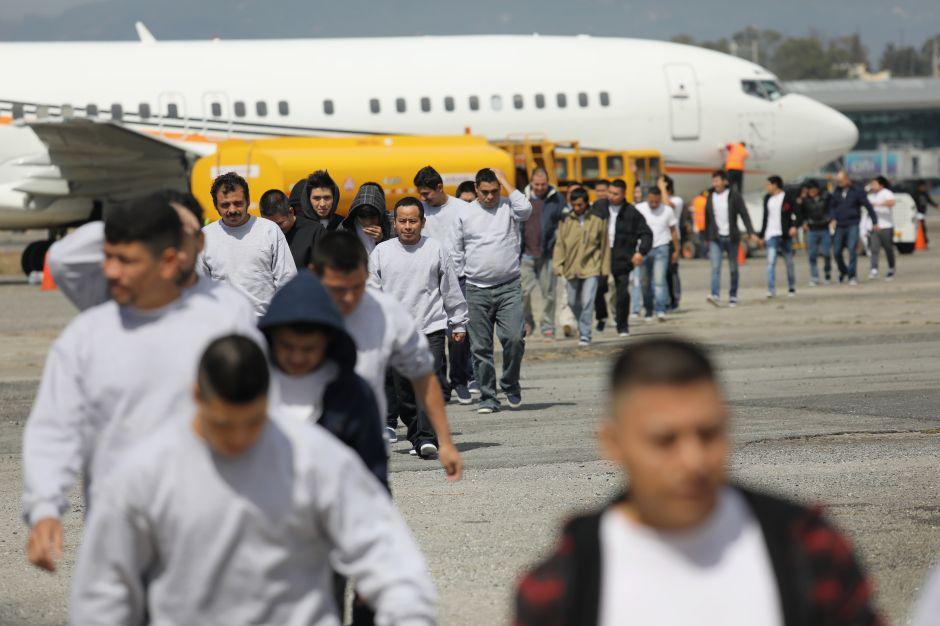Más de 2,000 migrantes volverán deportados a este país latinoamericano en una sola semana