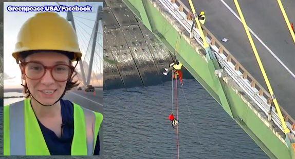 ÚLTIMA HORA: Manifestantes se cuelgan de un puente para mandar mensaje a candidatos demócratas sobre el medio ambiente