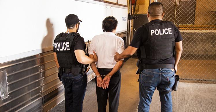 """ICE asegura que no existen """"redadas"""" y llama """"criminales"""" al 90% de sus detenidos"""