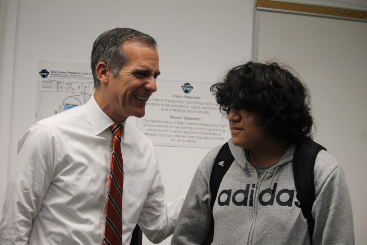 Buscan a alumnos de LA en sus casas porque 'la asistencía sí importa'