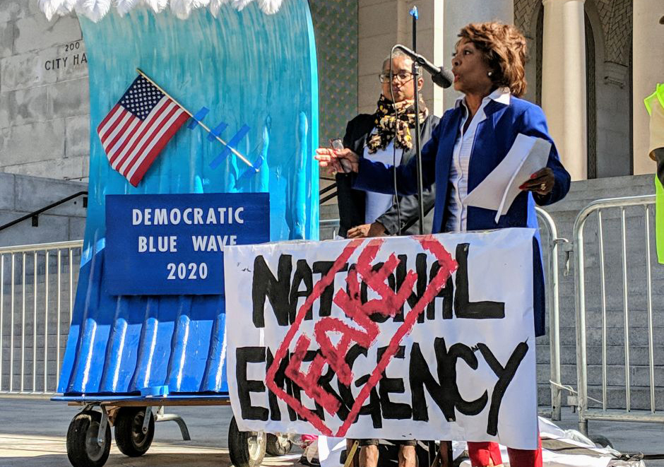 Esta foto de archivo muestra a la congresista Maxine Waters manifestándose en oposición a la emergencia nacional anunciada por el presidente Trump.