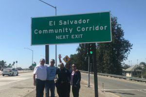 La comunidad salvadoreña revela su cartel en la autopista I-10 de L.A.