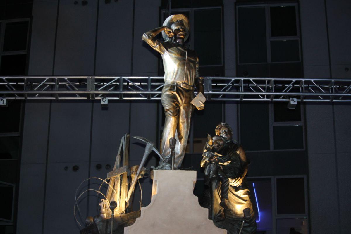 La estatua que retrata a un trabajador y a su familia es de bronce y mide 19 pies de altura. (Jorger M)