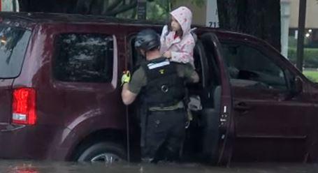 Bombero electrocutado durante un rescate en Houston