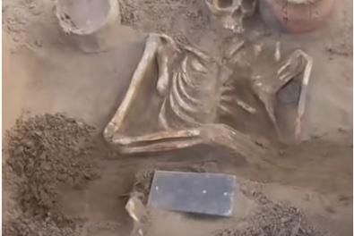 """Arqueólogos encuentran extraño """"iPhone"""" de más de 2,100 años"""