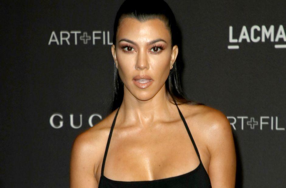 "Kourtney Kardashian mostró ""las boobies"" a través de una blusa transparente"