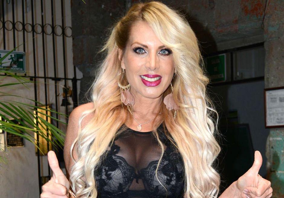 Lorena Herrera se pega nalgadas ella misma en body negro y medias de malla