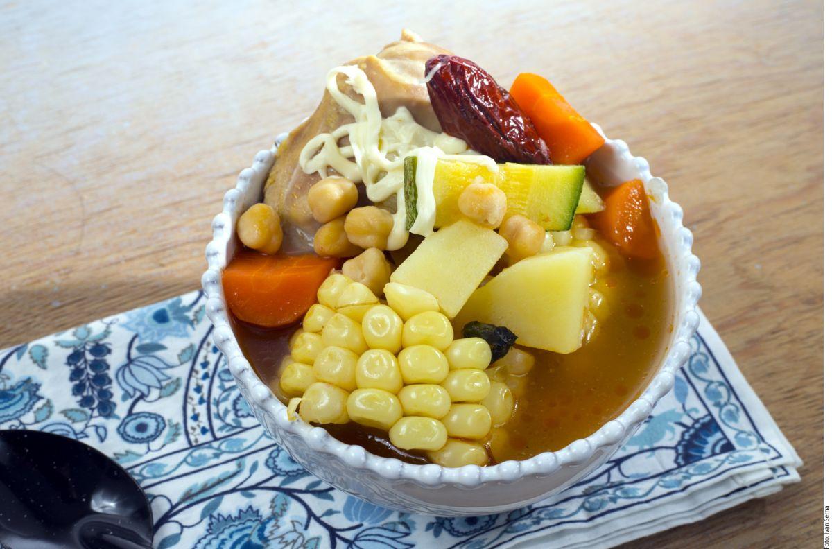 El caldo tlalpeño es la sopa perfecta para aumentar las defensas y niveles de energía en el organismo.