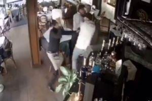 VIDEO: Mesero ataca con el plato a ladrón en restaurante