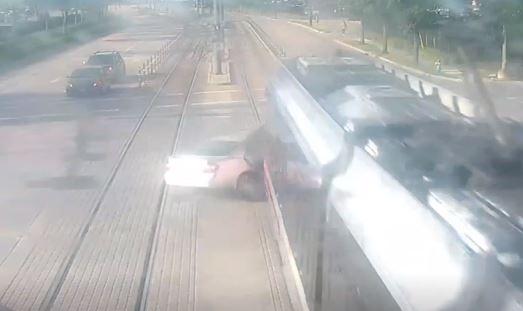Video: Tren ligero en Houston casi parte en dos a un vehículo