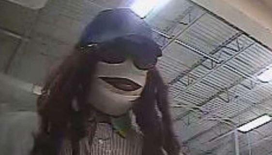 """Ladrón """"momia"""" aterroriza en """"Viernes 13"""" un banco y se escapa con dinero en efectivo"""