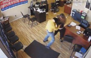 Video: Mujer lucha contra un ladrón que empuña un cuchillo durante robo en Pomona