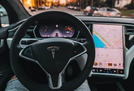 Tesla presenta la nueva actualización de su software: ahora con Netflix y un Car-aoke