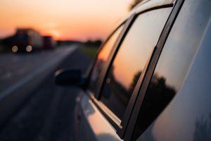 Así puedes eliminar las manchas de agua en los vidrios del auto