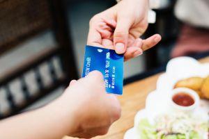 ¿Es legal que los restaurantes te incluyan la propina en la cuenta?