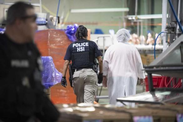 Agentes de ICE arrestaron a decenas de indocumentados en plantas procesadoras de alimentos en Mississippi.