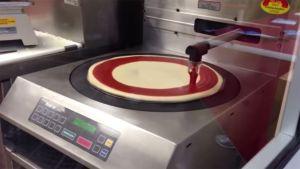 VIDEO: Conoce al robot que usan en Costco para hacer las pizzas más rápido