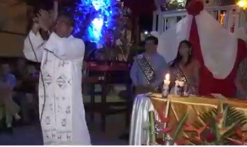 Sacerdote baila cumbia en plena celebración religiosa y se vuelve viral