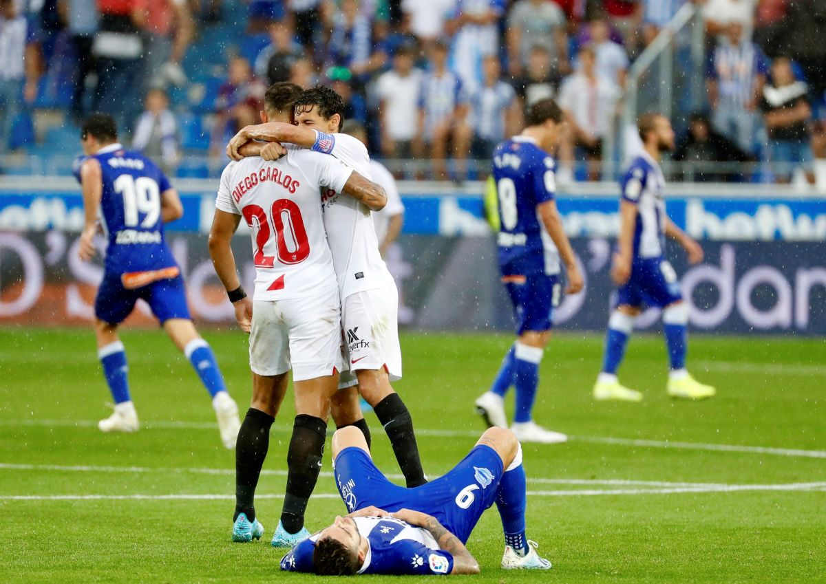 Noche redonda: 'Chicharito' debutó, el Sevilla ganó y ahora es líder de la Liga española