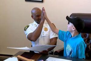 Niño sobreviviente de cáncer cumple sueño de ser alguacil por un día en Nueva York