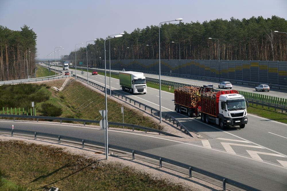 ¿Cuál es la manera correcta de salir y entrar a la autopista mientras conduces?