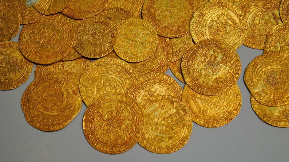 Albañiles encuentran monedas de oro mientras arreglaban una casa