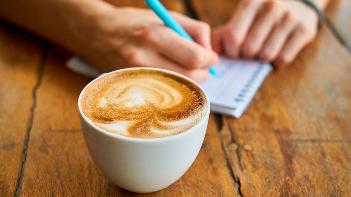 Una empresa paga $1,000 dólares por beber café durante un mes