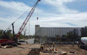 El viento tumbó parte del muro de Trump en la frontera con México