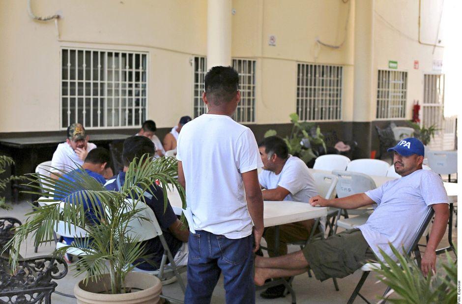 """Mexicanos deportados """"perdidos en su propio país"""",  hallan protección en casa de migrantes"""