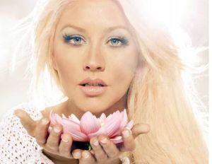 Christina Aguilera más sexy que nunca con un profundo escote que deja poco a la imaginación