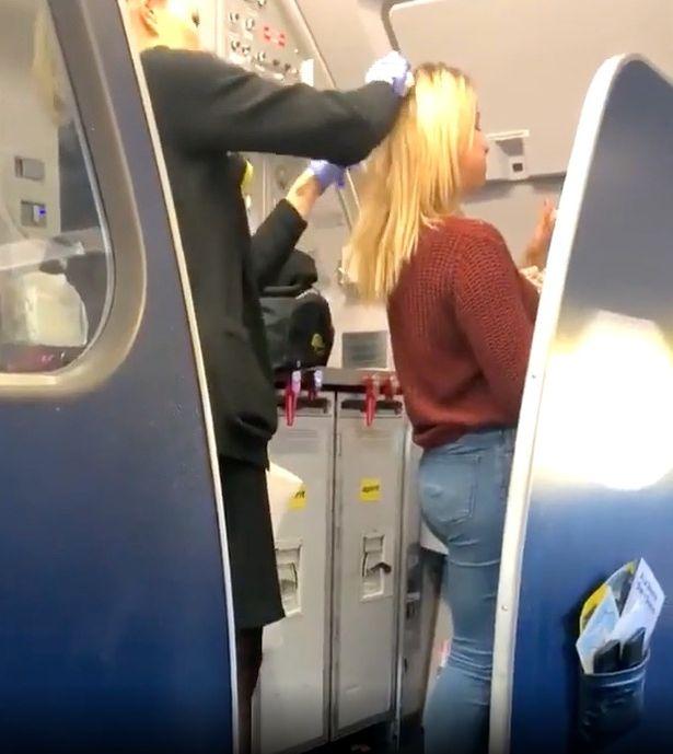 Un pasajero borracho le vomitó en el cabello.