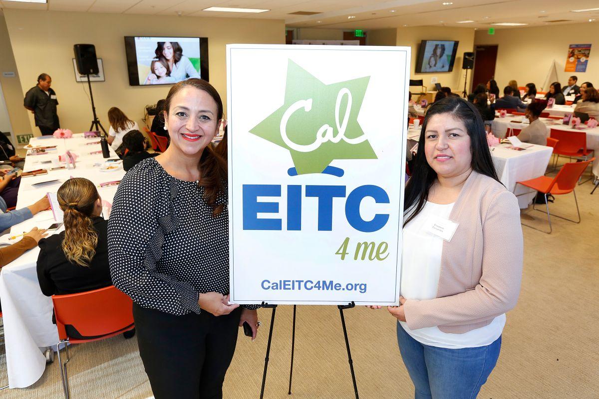 Laura Barrera (i), directora de Golden State Opportunity (GSO) y Elizabeth Cervantes, capacitadora financiera en MAOF. .  (Aurelia Ventura/La Opinión)